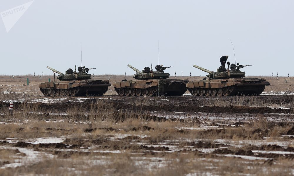 Três tanques atravessando o polígono de Prudboi, região de Volgogrado, no âmbito da competição biatlo de tanques