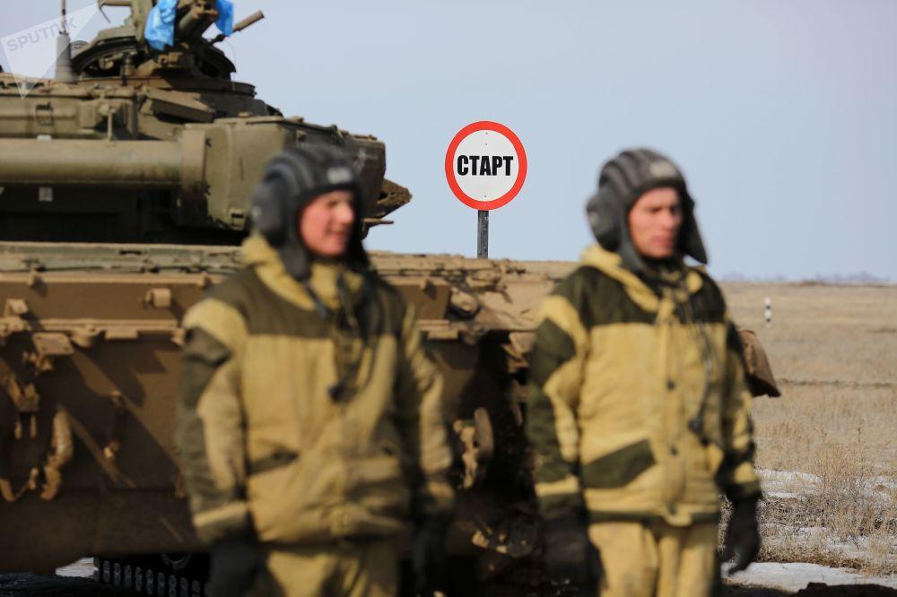 Militares russos preparam-se para iniciar nova fase da competição biatlo de tanques