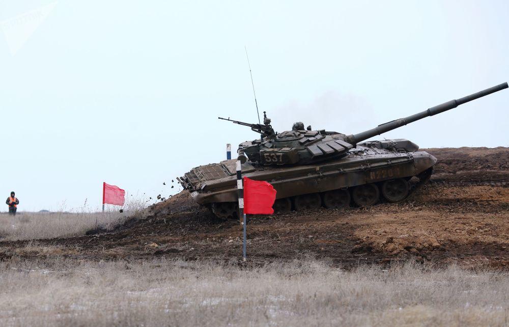 Tanque ultrapassa linha de obstáculos no polígono militar, tentando ganhar mais pontos a favor de sua equipe