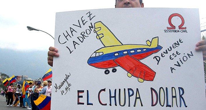 Manifestantes em frente à base aérea em Carlota, Caracas, protestam contra a compra de um avião presidencial para o presidente da Venezuela, Hugo Chávez (arquivo, 2002)