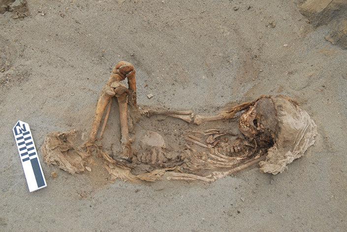 Escavação mostra esqueleto de criança enterrado durante ritual no Peru, datado por volta de 1450