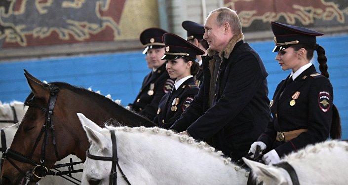 Presidente russo Vladimir Putin andando a cavalo durante visita ao primeiro regimento operacional de polícia de Moscou, Rússia, 7 de março de 2019