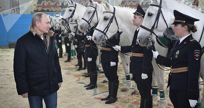 Presidente da Rússia Vladimir Putin observa cavalos durante visita ao primeiro regimento operacional de polícia de Moscou, na Rússia, 7 de março de 2019
