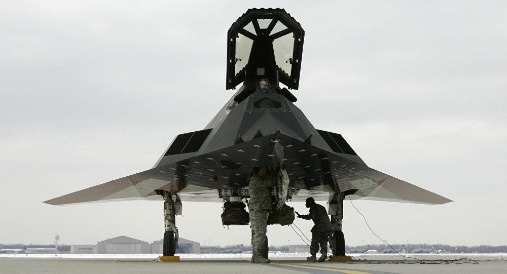 Caça furtivo norte-americano F-117 Nighthawk (Falcão Noturno) sendo inspecionado depois de pousar na Base da Força Aérea Wright Patterson, Ohio, EUA,  10 de março de 2008