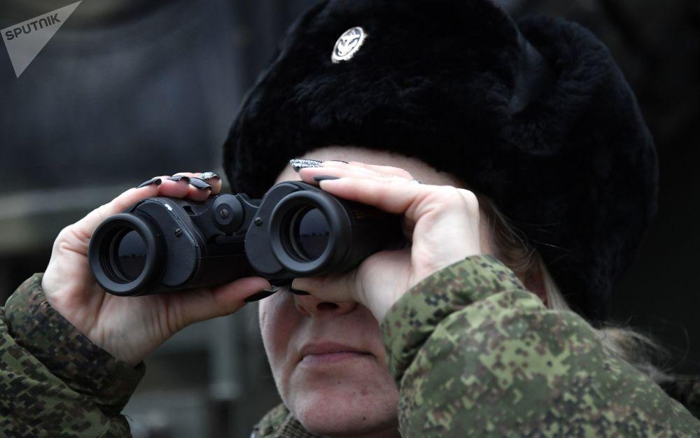 Uma engenheira técnica da unidade feminina de pilotagem de veículos aéreos não tripulados da Brigada de Reconhecimento da Frota do Mar Negro observa o ensaio do drone Orlan-10