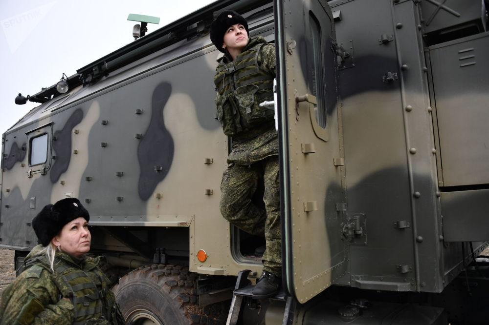 Militares da unidade feminina de pilotagem de veículos aéreos não tripulados da Brigada de Reconhecimento da Frota do Mar Negro junto ao posto de comando móvel do drone russo Orlan-10
