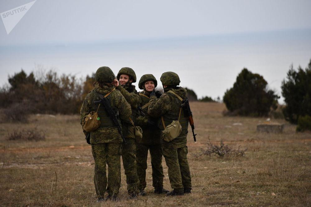 Militares da unidade feminina de pilotagem de veículos aéreos não tripulados da Brigada de Reconhecimento da Frota do Mar Negro antes do lançamento do drone russo Orlan-10