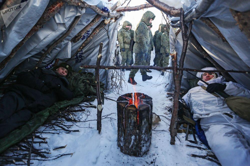 Soldados russos durante sessões de treinamento da Frota do Norte, da Marinha Rússia, em operações de combate no Ártico