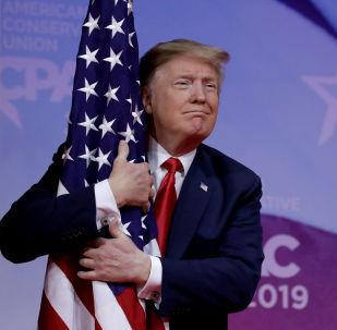 Presidente dos EUA, Donald Trump, abraça bandeira americana na reunião anual da Conferência da Ação Política Conservadora (CPAC), perto de Washington, EUA, em 2 de março de 2019