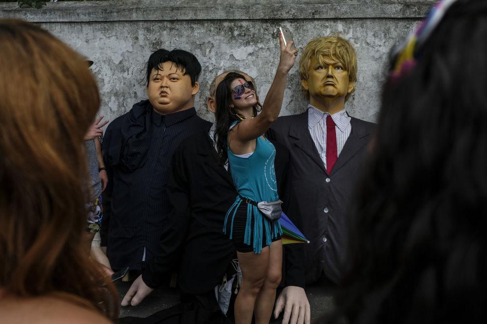 Bonecos de Olinda representando presidente dos EUA, Donald Trump, e o líder norte-coreano Kim Jong-un, durante as comemorações carnavalescas em Pernambuco, Brasil, 4 de março de 2019