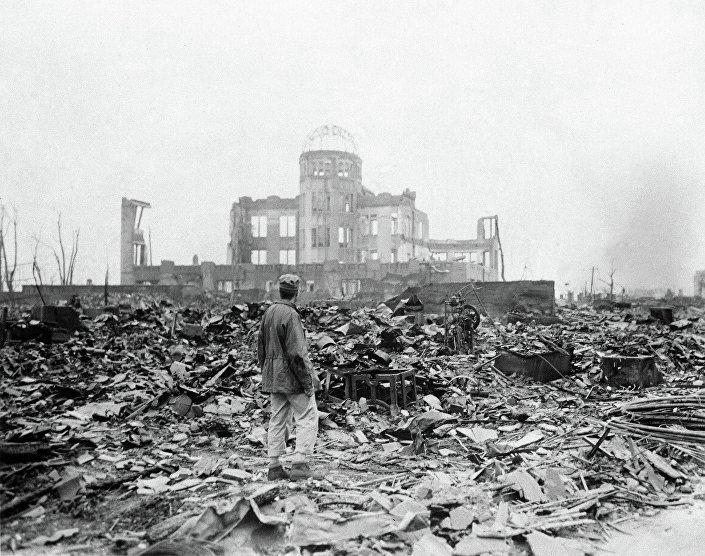 Correspondente aliado visita escombros de Hiroshima após ataque nuclear dos EUA, em 8 de setembro de 1945
