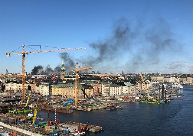 Fumaça negra sobre Estocolmo causada pela explosão de um ônibus