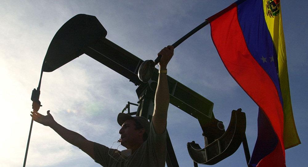 Manifestante da oposição agita bandeira venezuelana em frente aos escritórios administrativos da petroleira estatal venezuelana PDVSA, em Caracas, Venezuela, 9 de janeiro de 2003