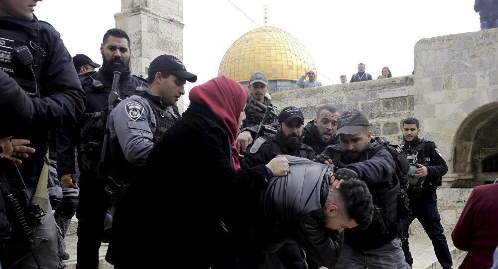 Polícia israelense prende palestino em frente ao Monte do Templo, em Jerusalém, 18 de fevereiro de 2019