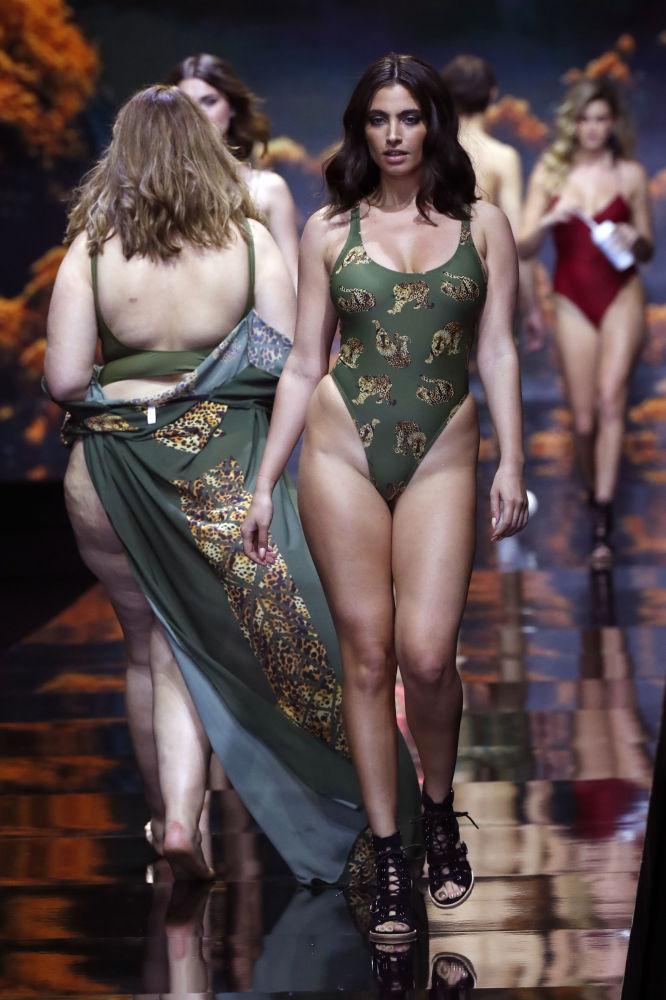 Modelos demonstram nova coleção de moda praia da marca israelense Banahot no âmbito da Tel Aviv Fashion Week