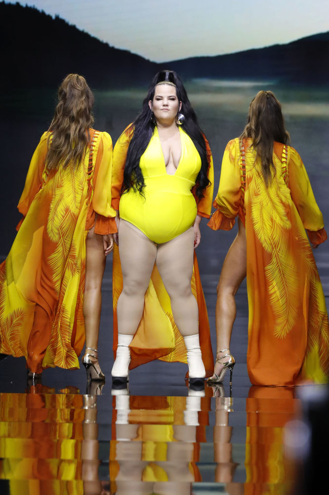 A cantora israelense Netta Barzilai, que venceu a final da 63ª Eurovisão, participa do desfile da marca israelense Banahot no âmbito da Tel Aviv Fashion Week