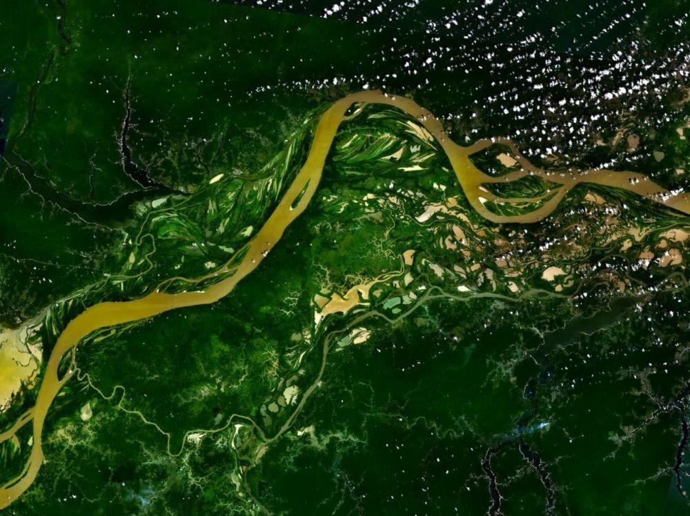 Rio Amazonas, que corre pela América do Sul, é um dos rios mais extensos do mundo com 6,4 mil quilômetros de comprimento. A imagem do rio foi tirada por satélites