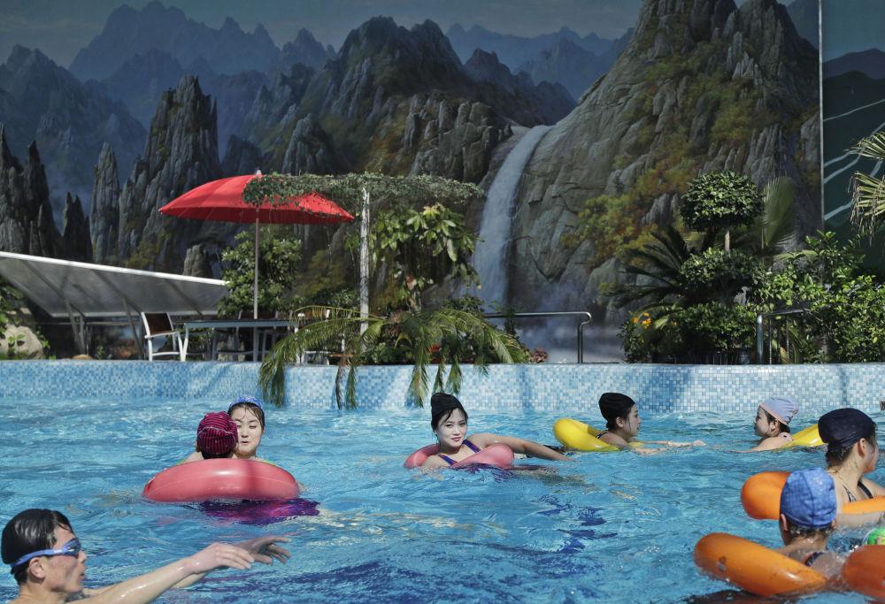 Norte-coreanos nadam em uma piscina coberta em Pyongyang