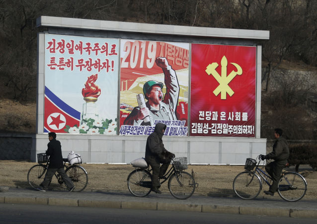 Norte-coreanos andam de bicicleta em uma das ruas de Pyongyang