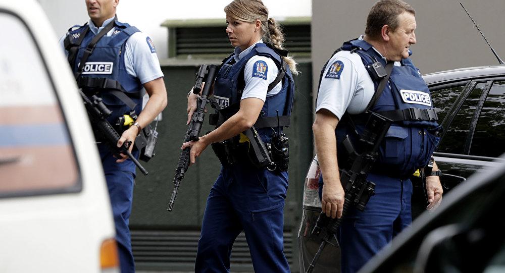 Polícia armada realiza patrulha em frente a uma mesquita no centro de Christchurch, Nova Zelândia, nesta sexta-feira, 15 de março de 2019