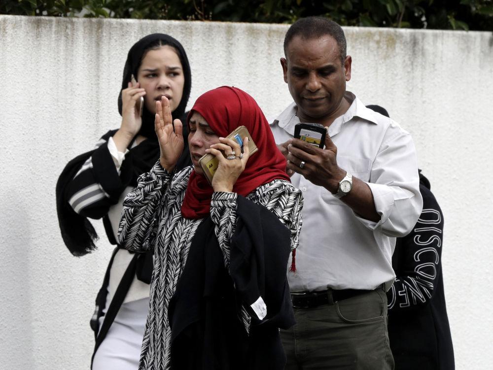 Pessoas perto da mesquita Al Noor depois do tiroteio que abalou cidade de Christchurch, Nova Zelândia, e deixou 49 vítimas mortais, 15 de março de 2019
