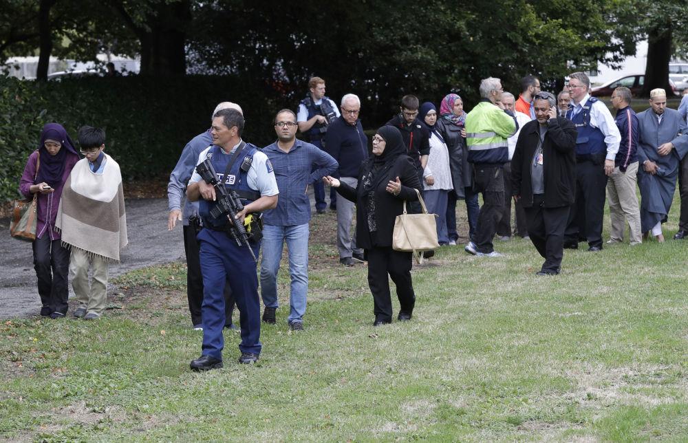 Polícia escolta testemunhas do tiroteio na mesquita Al Noor em Christchurch, em 15 de março de 2019