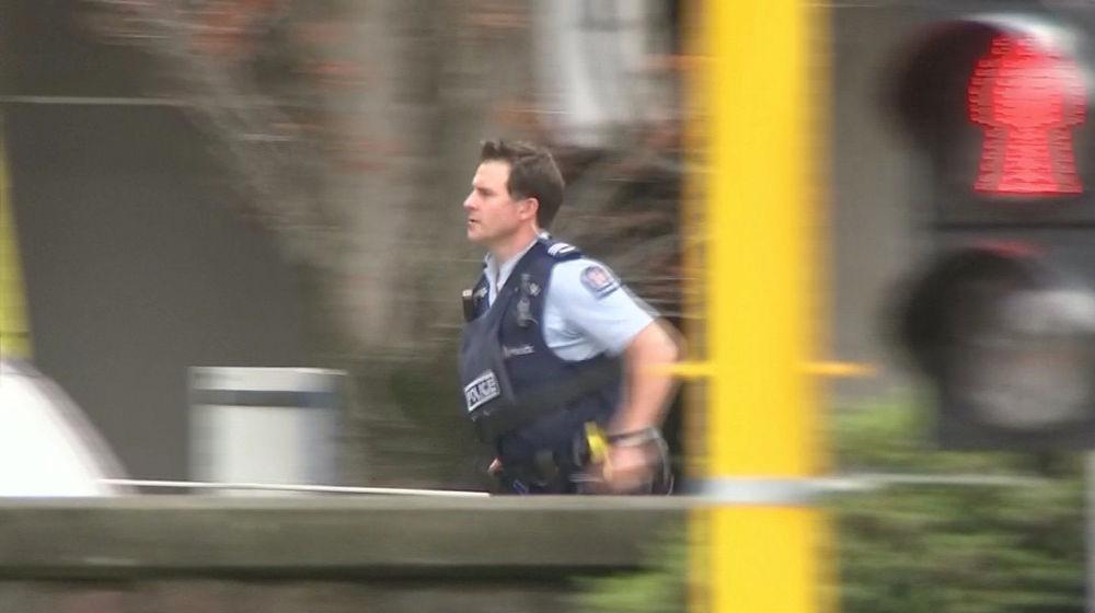 Um policial no local do tiroteio que abalou cidade neozelandesa de Christchurch, em 15 de março