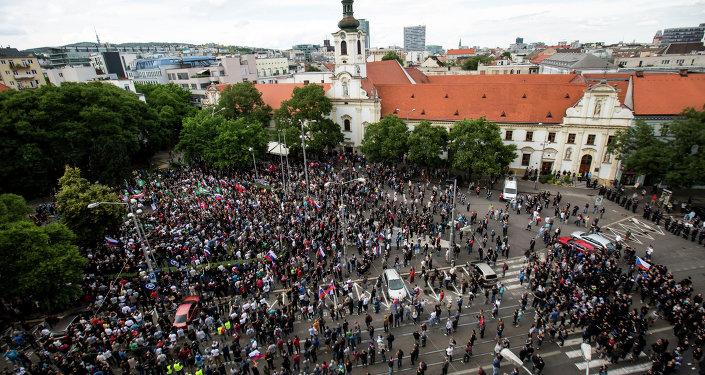 Milhares de pessoas saíram para ruas da capital eslovaca, Bratislava, para protestar contra a imigração
