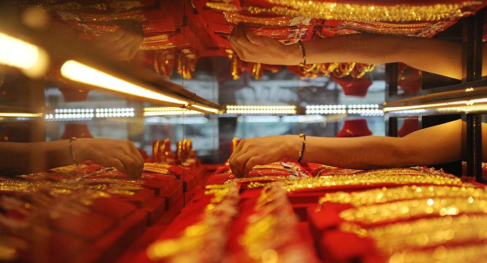 Vendedora coloca ouro em vitrine na China
