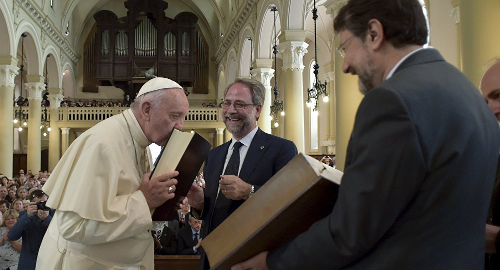 Papa Francisco visita um templo Valdense em Turim.