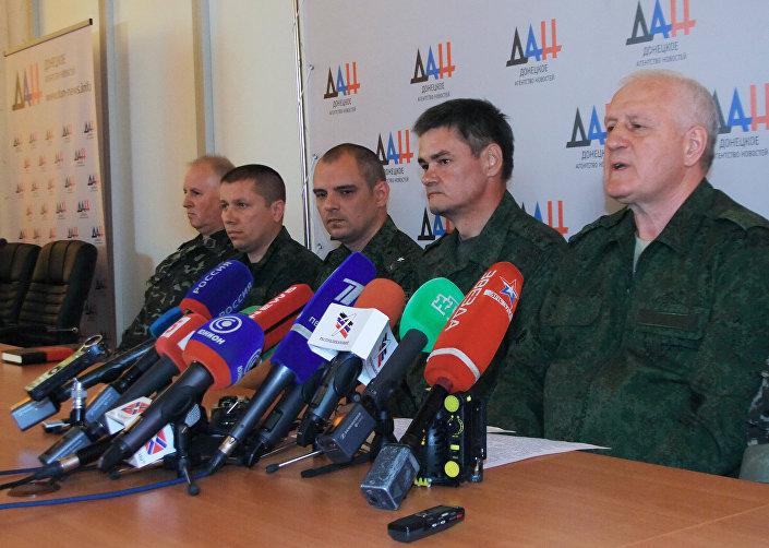 Aleksandr Kolomiets (à direita) durante a coletiva de imprensa em Donetsk