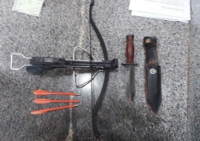 Homem invadiu prédio da Secretaria da Educação do Distrito Federal, em Brasília, armado com besta e facas. Ele foi imobilizado pela Polícia Militar.