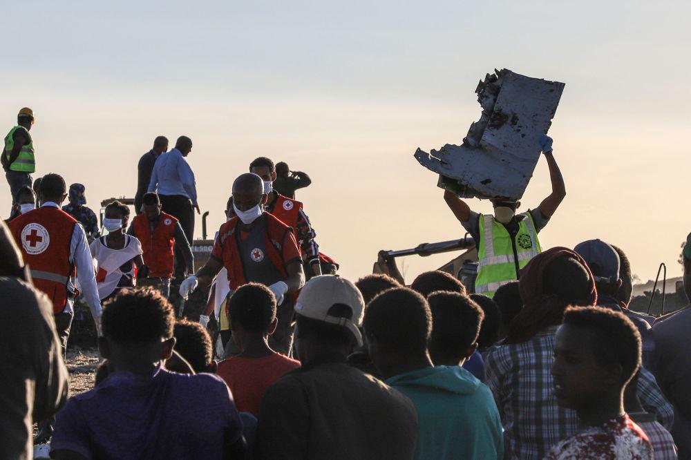 Homem leva um destroço do avião da companhia aérea Ethiopian Airlines que caiu perto da cidade etíope de Bishoftu, em 10 de março de 2019