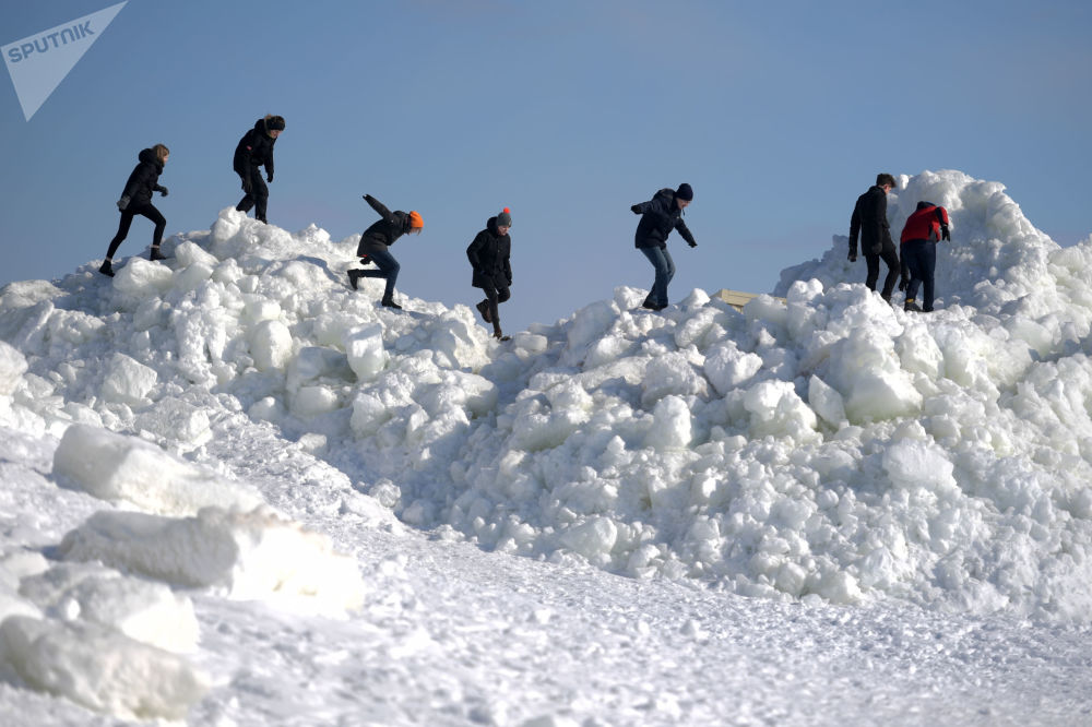 Pedaços de gelo de vários metros de altura formados em resultado do vento tempestuoso e mau tempo na cidade russa de Zelenogorsk