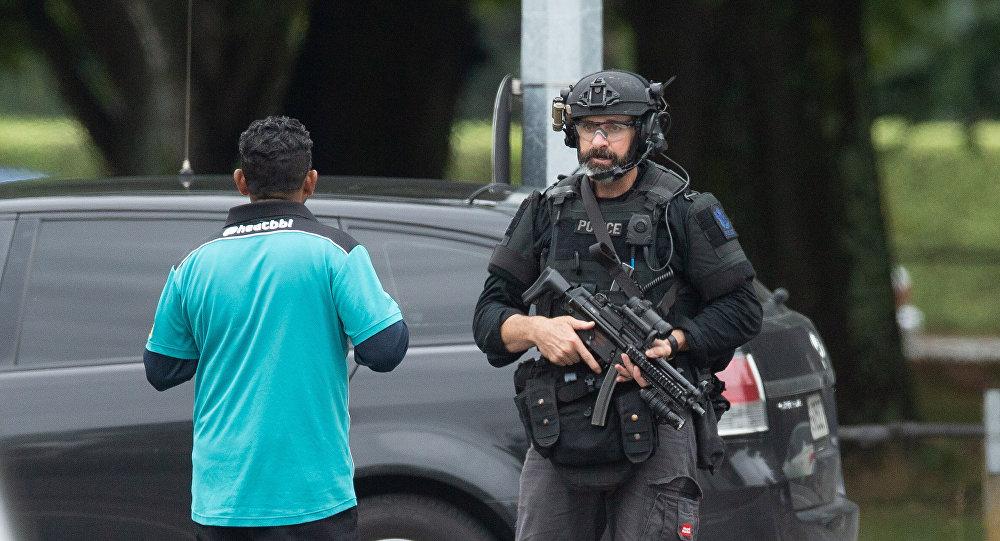 Esquadrão armado afasta as pessoas após um tiroteio na mesquita Al Noor em Christchurch, Nova Zelândia.