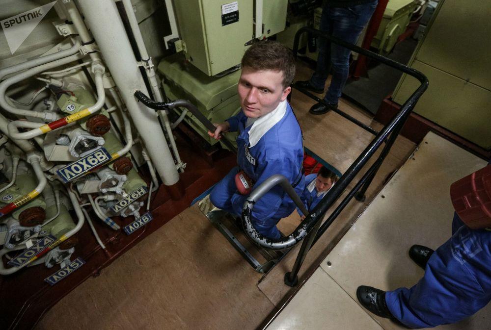 Tripulantes do submarino K-535 Yuri Dolgoruky no compartimento interior da embarcação
