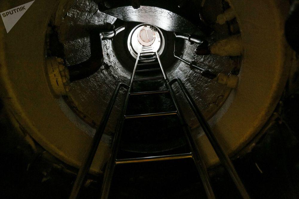 Escotilha e escada no submarino nuclear K-535 Yuri Dolgoruky
