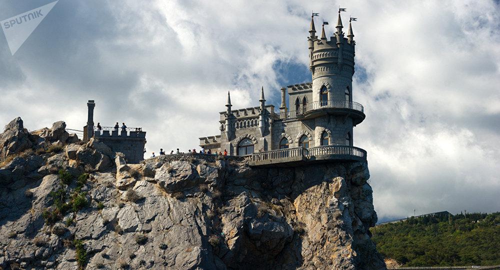Castelo do Ninho da Andorinha no topo de um penhasco costeiro na cidade de Gaspra da Crimeia.