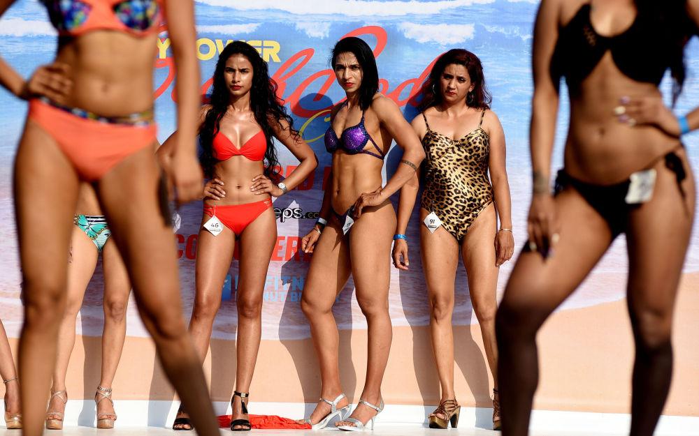 Modelos fitness indianas posam durante desfile do carnaval de corpos praieiros Body Power Beach Show em Goa