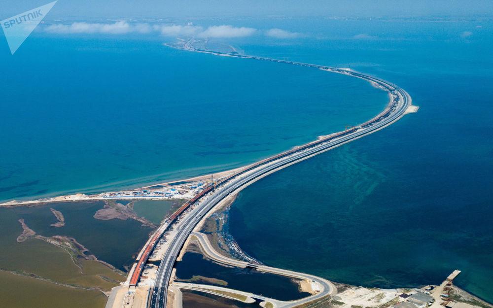Tráfego de carros na Ponte da Crimeia