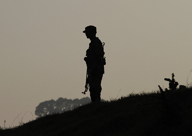 Um soldado do exército paquistanês de guarda no topo de uma área frontal na Linha de Controle (LOC), que divide a Caxemira entre o Paquistão e a Índia. (Arquivo)