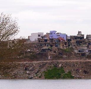 Margem oeste do rio Tigre na cidade de Mossul