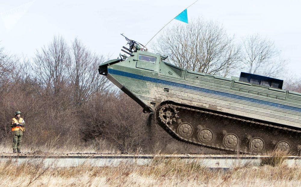 Veículo anfíbio PTS-2 da Frota do Báltico da Rússia durante os exercícios táticos na região de Kaliningrado