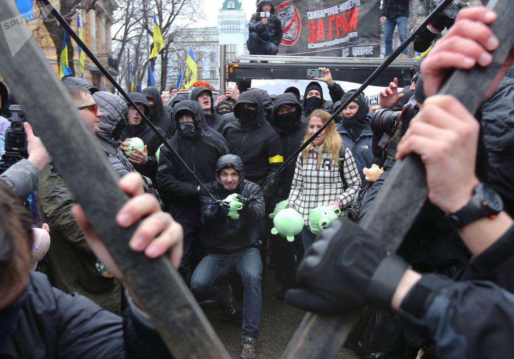 Apoiantes do partido político ucraniano de extrema-direita National Corps, proibido na Rússia, se manifestando contra a corrupção em Kiev, Ucrânia
