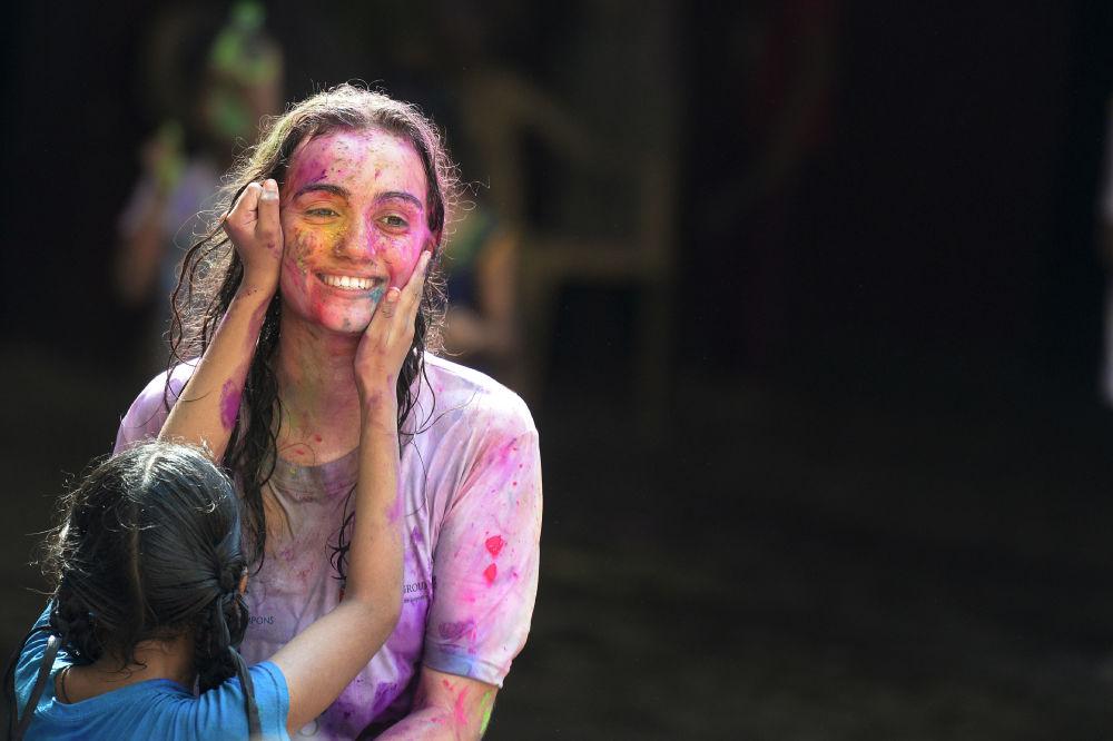 Estudante indiana, deficiente visual, da Escola para Cegos de Deonar junto com a professora durante o festival Holi em Hyderabad, Índia