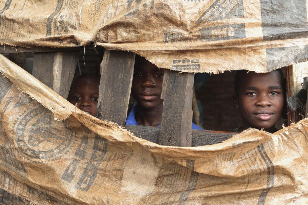 Crianças se escondem em abrigo temporário no Zimbábue