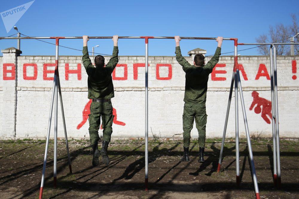 Estudantes durante aula de Educação Física em Volgogrado, Rússia