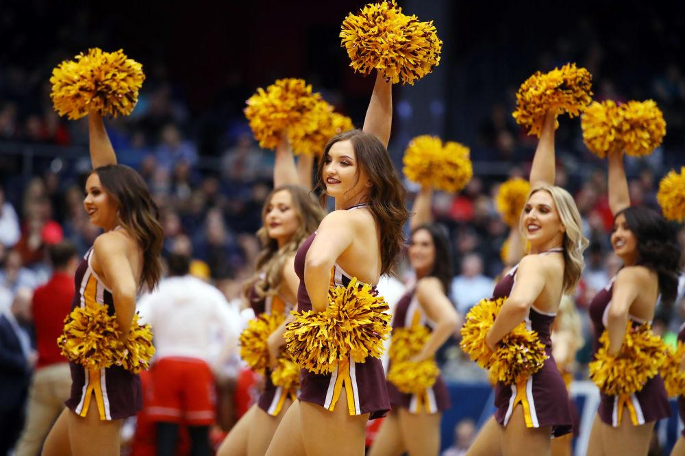 Garotas animadoras de torcida atuando durante o jogo de basquetebol entre as equipes Arizona State Sun Devils e St. John's Red Storm em Dayton, Ohio