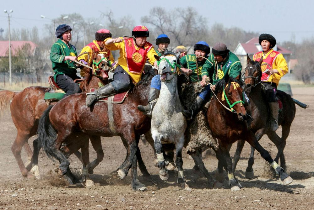 Cavaleiros participam da competição Kok-boru no âmbito do Noruz, festa tradicional que celebra o Ano Novo do calendário persa, em Bishkek, Quirguistão