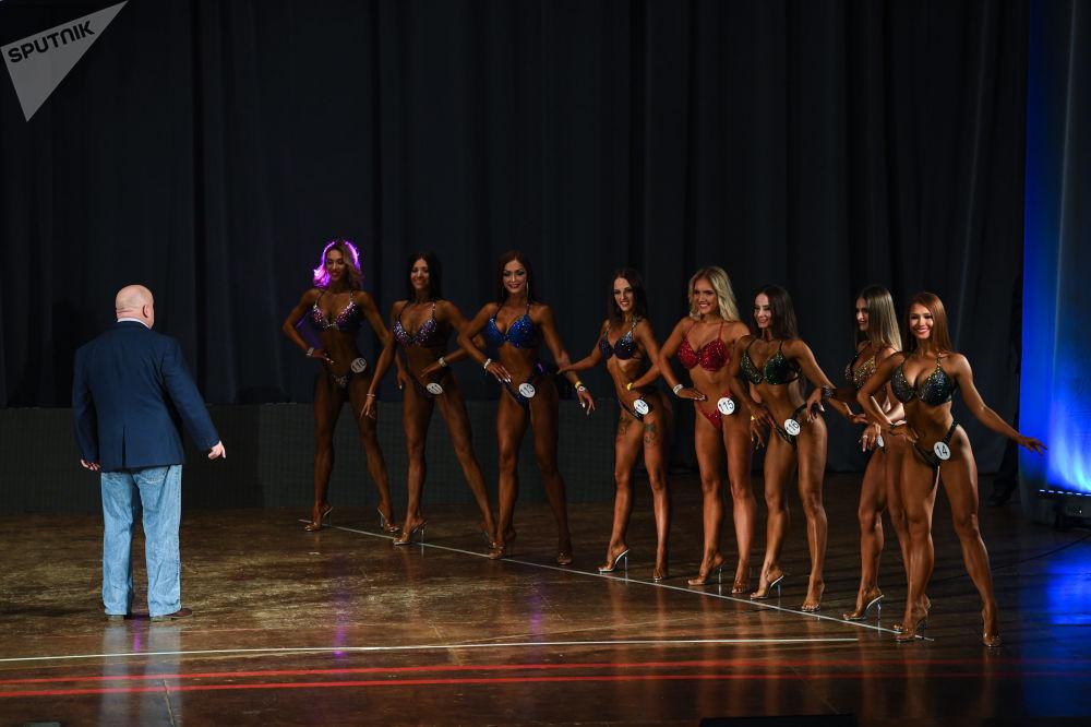 Mulheres siberianas posam perante o júri do campeonato aberto de fisiculturismo